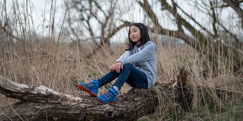 Für alle, bei denen es immer besonders fix gehen muss, ist der MADDOX GTX MID JUNIOR der Schuh der Wahl. Der Outdoor-Schuh mit stabilem Schaft und leichter Konstruktion punktet neben knalligen Farben vor allem mit seiner Kombination aus Elastiksenkeln und Klettverschluss, die den Ein- und Ausstieg in den Schuh zum wahren Kinderspiel machen. Die solide Schaft- und Sohlenkonstruktion unterstützt junge Füße beim Toben in unterschiedlichstem Gelände und das GORE-TEX-Futter sorgt währenddessen für besten Tragekomfort.