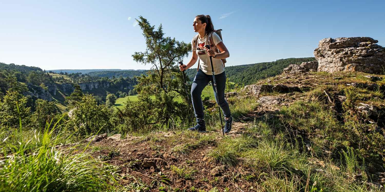 Überraschend flexibel und perfekt für den Sommer präsentiert sich das farbenfrohe Multitalent INNOX PRO LO Ws,wenn aus einem kurzen Spaziergang in der Natur doch einmal eine ungeplante Wander-Herausforderung wird. Mit absoluter Leichtigkeit bewältigt der INNOX PRO LO Ws auch kurze Abstecher in unbekanntes Terrain und punktet durch seine Zwischensohle aus LOWA DynaPU® mit optimaler Dämpfung sowie optimalem Tragekomfort auch dank des stützenden LOWA-MONOWRAP®-Rahmens.