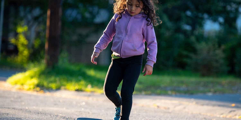 I genitori non dovrebbero mai scendere a compromessi quando si tratta della calzata delle scarpe per bambini. Il Dr. Micha Bahr, specialista in chirurgia pediatrica e medicina manuale, ne è convinto e ha sviluppato di nuovo una calzatura insieme a LOWA: LEDRO GTX® LO JUNIOR. La scarpa è stata sviluppata in maniera specifica per le esigenze dei più piccoli e soddisfa tutti i criteri delineati dal nostro specialista. Essi comprendono una rullata ottimizzata, la stabilizzazione perfetta della caviglia grazie alla struttura LOWA MONOWRAP® e spazio sufficiente per le dita dei piedi.