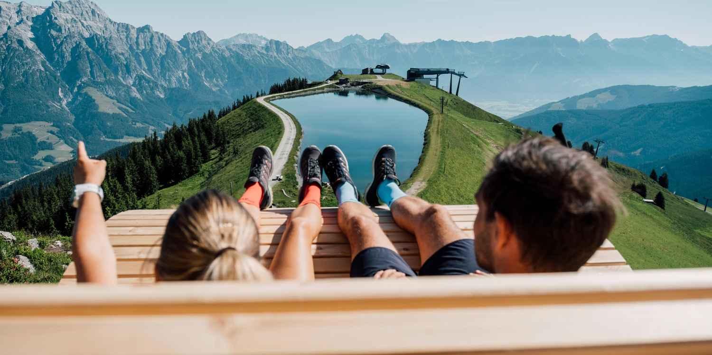 Légère et confortable, la chaussure multifonction MADDOX LO est adaptée à tous les types de terrains. Elle vous accompagne dans vos voyages et vos activités de loisirs. Avec sa semelle LOWA Enduro Evo adhérente, ce modèle dépasse toutes les attentes et vous aide à repousser vos limites. Léger et dynamique, il est équipé d'une semelle en LOWA DynaPU® à double injection qui offre un confort optimal dans les conditions les plus rudes.