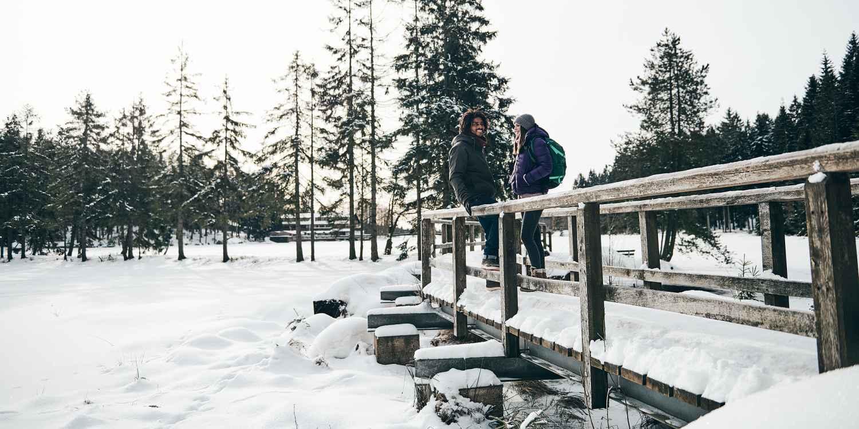 Die Natur ruht und an den Ästen der Bäume glitzern Eiskristalle - Zeit für das nächste Winterabenteuer! In verschneiten Landschaften punktet das Modell YUKON ICE II GTX mit seinen funktionalen Eigenschaften. Der Winterschuh aus Glattleder sorgt dank GORE-TEX-Partelana-Futter sowie einer PrimaLoft®-200-Isolierung für besten Komfort.
