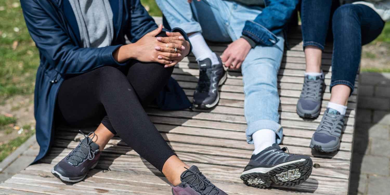 Si vous souhaitez adopter un look sportif au quotidien et lors de votre prochaine aventure outdoor, le modèle athlétique VENTO est fait pour vous. Ce poids plume offre le meilleur des deux mondes: un look élégant pour un usage au quotidien, et des performances optimales dans un environnement naturel. Équipée d'une semelle intermédiaire en LOWA DynaPU®+ pour maximiser son effet de rebond, la chaussure multifonction aux allures sportives se distingue par son excellent chaussant.