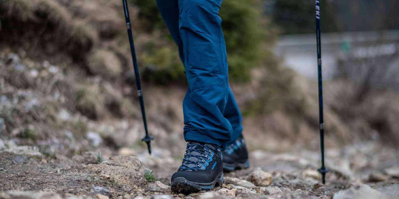 Onder de trekkingschoenen is de TREKKER een legende. Outdoorliefhebbers vertrouwen nog steeds op deze schoen als het gaat om veeleisende tochten in de Alpen en lange wandelingen in het middelgebergte. Dat komt door de vele eigenschappen die deze schoen met leren voering zo bijzonder maken, zoals de VIBRAM® NATURAL-zool met zijn uitgesproken voor- en hielprofiel. Een versterkte binnenzool zorgt voor extra stabiliteit en ondersteuning onderweg. En om ervoor te zorgen dat bij het sluiten ook alles klopt, heeft de TREKKER een uit twee delen bestaande vetersluiting en ROLLER EYELETS.