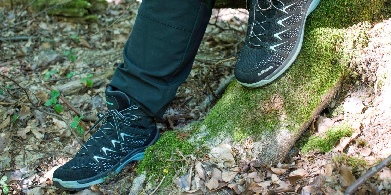 Überraschend flexibel präsentiert sich das farbenfrohe Multitalent INNOX PRO GTX MID Ws, wenn aus einem kurzen Spaziergang in der Natur doch einmal eine ungeplante Wander-Herausforderung wird. Mit absoluter Leichtigkeit bewältigt der INNOX PRO GTX MID auch kurze Abstecher in unbekanntes Terrain. Denn während die Zwischensohle aus LOWA DynaPU® für die nötige Dämpfung sorgt, bietet der innovative LOWA-MONOWRAP®-Rahmen beste Fuß-Führung bei jedem Schritt im Gelände.