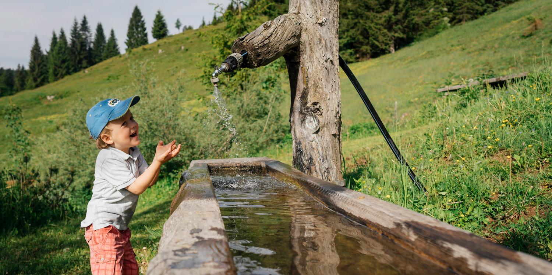 Outdoor-Mädchen aufgepasst! Mit dem sportlichen Multifunktionsschuh MARIE II GTX LO aus robustem Veloursleder mit verspielten Prägungen können kleine Abenteuerinnen direkt losziehen. Für den einfach Ein- und Ausstieg sorgt die praktische Speed-Lace-Schnürung, während der LOWA-MONOWRAP®-Rahmen den Fuß optimal führt.