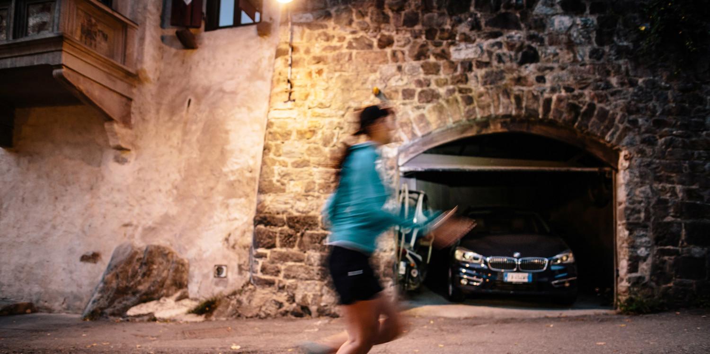 Wer auf der Suche nach einem leichten, flexiblen und vor allem komfortablen Multifunktionsschuh ist, der trifft mit dem AEROX GTX LO Ws die perfekte Wahl. Denn dank der innovativen GORE-TEX-SURROUND®-Technologie ist jederzeit optimales Fußklima und höchster Tragekomfort garantiert. Um auch den Ansprüchen moderner Outdoor-Sportlerinnen gerecht zu werden, ist der athletische Alleskönner zudem mit einer dämpfenden LOWA DynaPU®, einem Stabilizer Frame und dem LOWA MONOWRAP® ausgestattet.