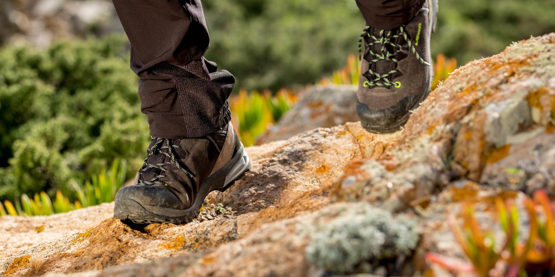 Laat niets achter op de bergen, alleen voetsporen. Met de LEDRO GTX LO is dat extra leuk. Deze trekkingschoen, die rondom van leer is gemaakt, heeft daarom een multifunctionele LOWA® ELIKA-buitenzool. Al met al overtuigt de lichte trekkingschoen op het gebied van comfort en prestaties – en dat zowel bij korte als bij langere tochten!