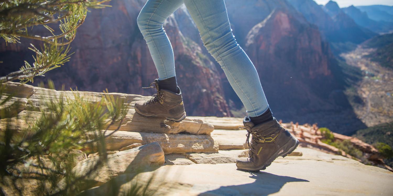 Mehr Leichtigkeit im Leben hat noch niemandem geschadet! Einen gewichtigen Beitrag dazu leistet der LADY LIGHT GTX von LOWA. Der technisch ausgereifte und anpassungsfähige Frauen-Trekkingschuh aus strapazierfähigem Nubukleder-Obermaterial ist dabei auch noch richtig schick. Für ein optimales Klima im Schuhinneren sorgt das wasserdichte und atmungsaktive GORE-TEX-Futter, für Spaß auf unterschiedlichen Untergründen die VIBRAM®-TRAC-LITE-II-Sohle. Die ist bei Bedarf sogar neu besohlbar. Übrigens: Der gesamte Schuh ist speziell auf die webliche Anatomie abgestimmt.