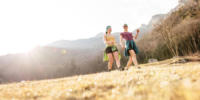 INNOX PRO MID Ws è una calzatura coloratissima che si dimostra straordinariamente flessibile e perfetta per l'estate, quando una breve passeggiata nella natura si trasforma in una sfida escursionistica fuori programma. INNOX PRO MID Ws supera brillantemente anche brevi passaggi su terreni sconosciuti e convince grazie all'intersuola in LOWA DynaPU®, all'ammortizzamento ottimale, e all'ottima guida del piede offerta dalla struttura LOWA MONOWRAP®.