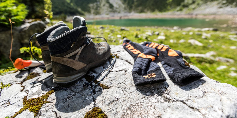 La nuova scarpa da trekking SASSA GTX MID Ws ama dimostrare quanto sia veramente versatile: Oltre all'intersuola ammortizzata, è soprattutto la forma adattata all'anatomia del piede femminile a garantire il massimo comfort di utilizzo. Per adattare perfettamente questa scarpa alle proprie esigenze, questo modello è dotato di un sistema di allacciatura con Flexloop e di una fascia con ganci di trazione aperti.