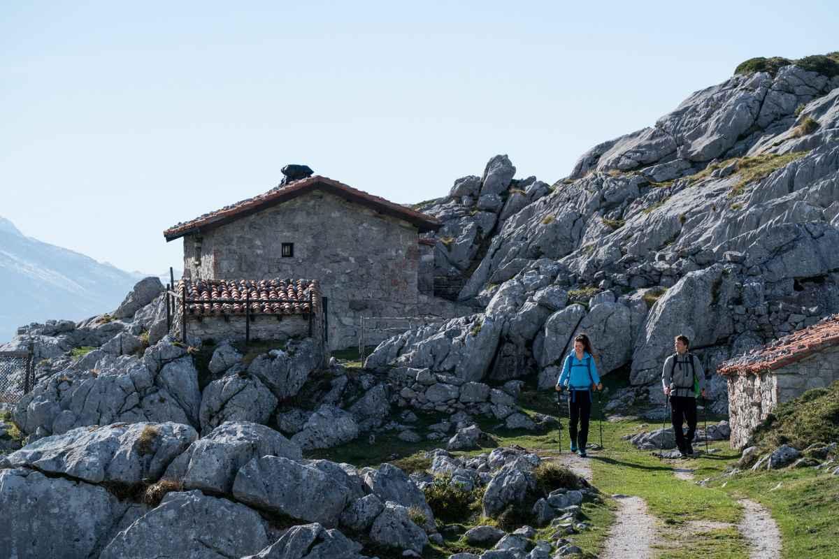 Wanderszene am Altu del Pirue, Picos de Europa, Spanien.