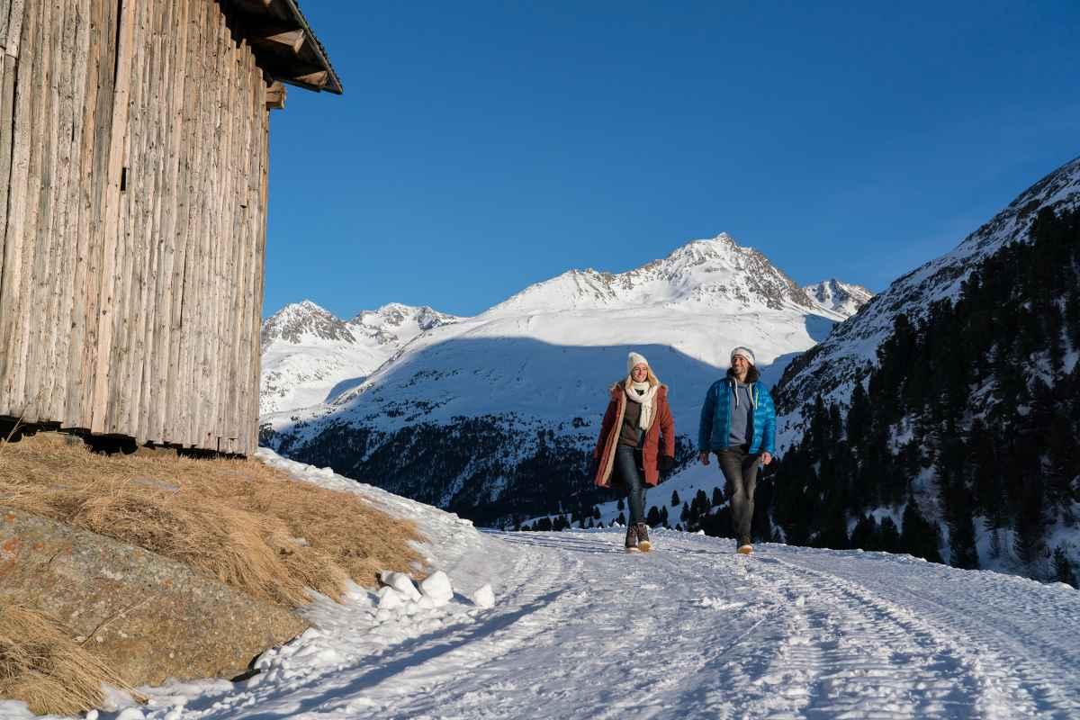 Winterwanderszene  Rofenhoefe, Oetztaler Alpen, Tirol, Oesterreich.