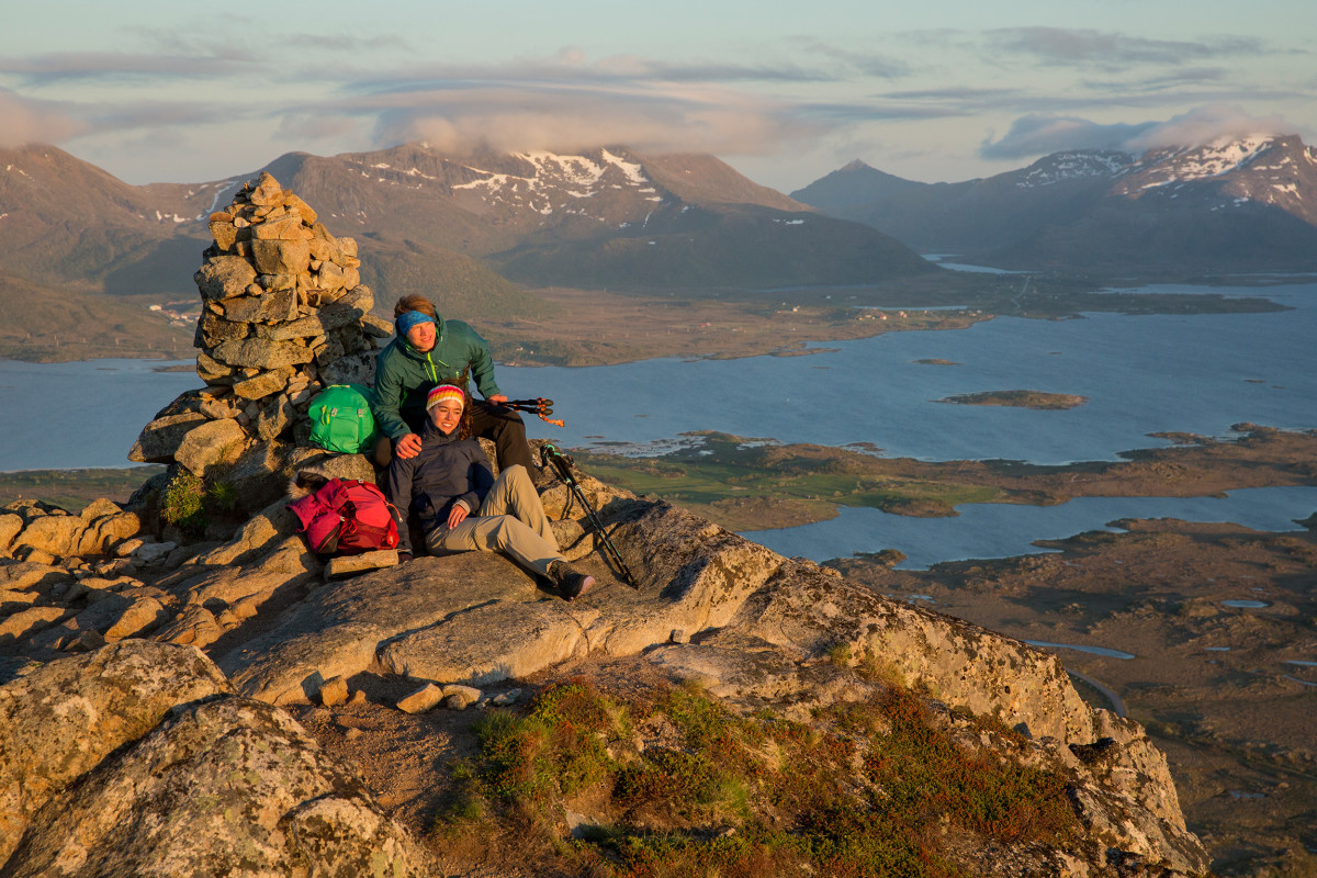 Wanderszene auf den Hoven bei Hov, Lofoten, Norwegen.
