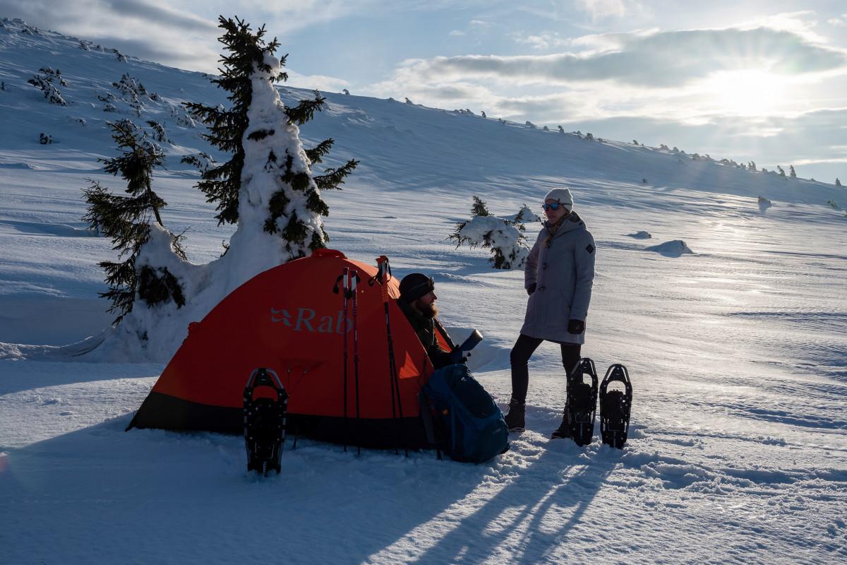 Zeltszene Brunnenberg, Schneeschuhtour, Riesengebirge, Tschechien.