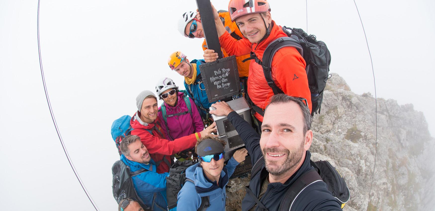 L'immancabile foto di gruppo ai piedi della croce di vetta.