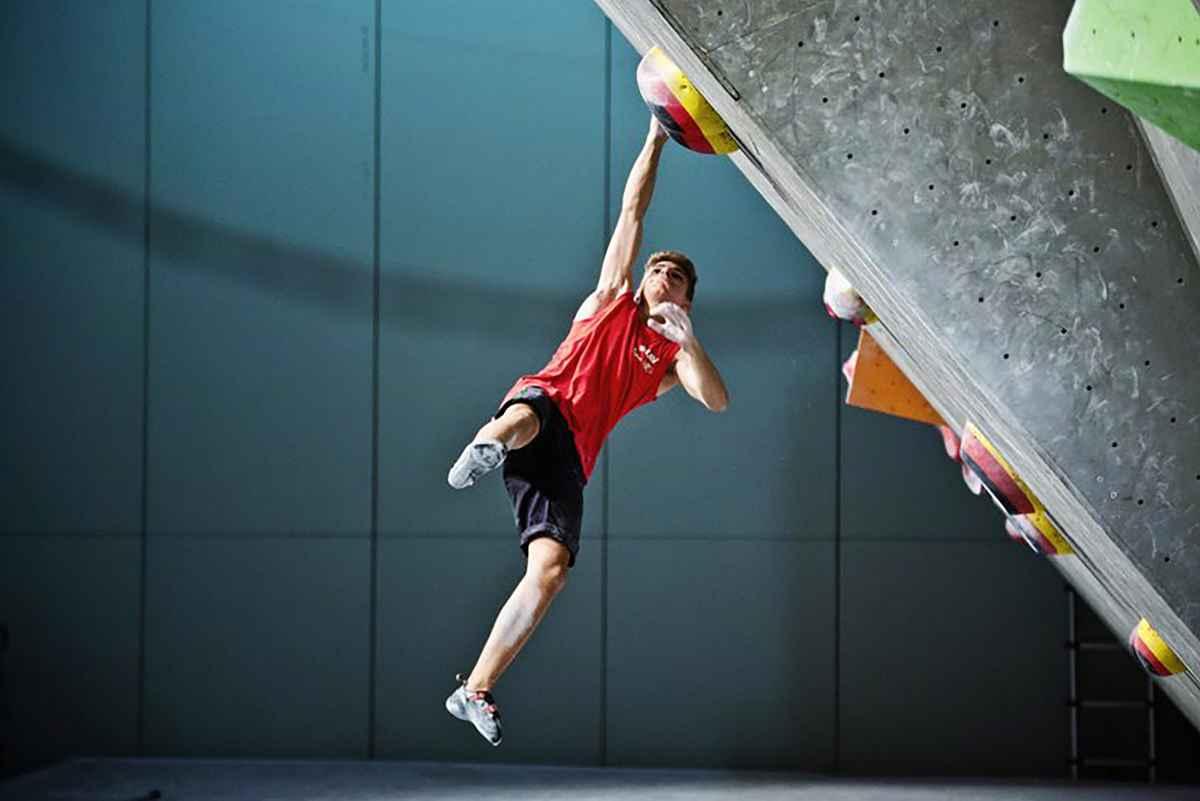 Wie zonder touw en harnas wil klimmen, heeft het juiste hand- of voetgereedschap nodig. Met de X-Boulder is LOWA erin geslaagd een schoen te creëren die zowel boulderfans als ambitieuze open-air klimmers overtuigt. Alleen al het gevoel van de microvezelschacht met Air System-perforatie zorgt voor een goede ventilatie van de voeten. Voor een optimale krachtoverbrenging en een uitstekende gevoeligheid voor de betreffende ondergrond is bij de X-BOULDER een wat stijvere zool van Vibram® XS-Grip® gebruikt.