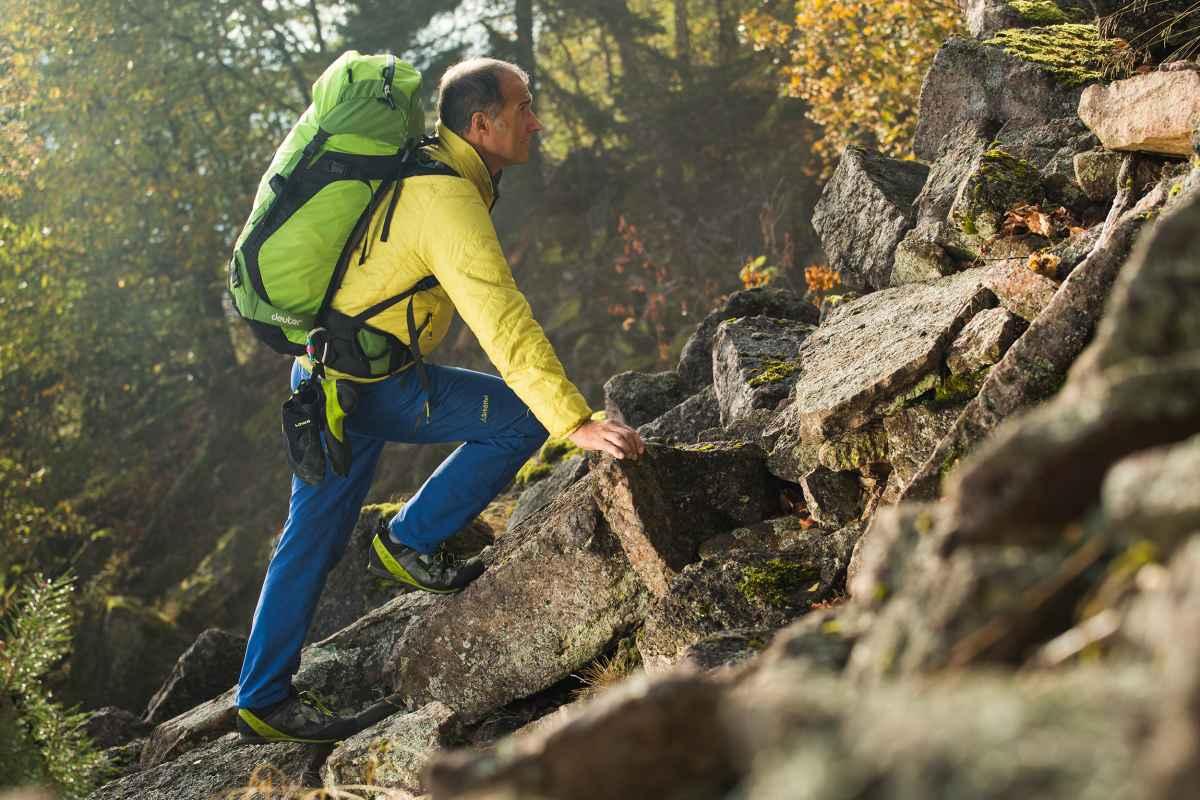 La chaussure TIBET LL vous accompagne sur les plus hauts sommets, mais aussi dans toutes les régions appréciées des passionnés de trek et de randonnée. Ce modèle se distingue lors des parcours difficiles, mais aussi sur les itinéraires de plusieurs jours ou en via ferrata. Très robuste grâce à sa tige en nubuck, il est également très confortable grâce à une doublure intérieure en cuir souple. Le laçage X-LACING® et le système intelligent I-LOCK permettent à la chaussure d'épouser le pied de l'utilisateur. La semelle VIBRAM® MASAI est également parfaitement adaptée à une utilisation en terrain alpin.
