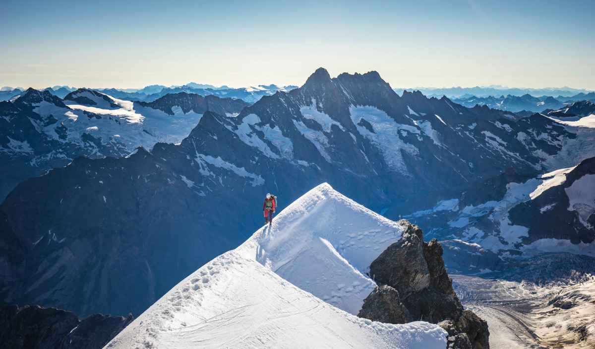 Wie hoog wil komen, moet kunnen vertrouwen op zijn technische uitrusting. Juist alpiene bergschoenen moeten aan de meest uiteenlopende eisen voldoen, afhankelijk van de grond en de weersomstandigheden. De ALPINE ICE GTX is een schoen die door het LOWA PRO Team samen met actieve alpinisten is ontwikkeld. De volledig klimijzervaste schoen met hoge schacht met GORE-TEX Duratherm-voering en een in de binnenzool geïntegreerd dempingselement is geschikt voor zowel ijzige als rotsachtige passages.