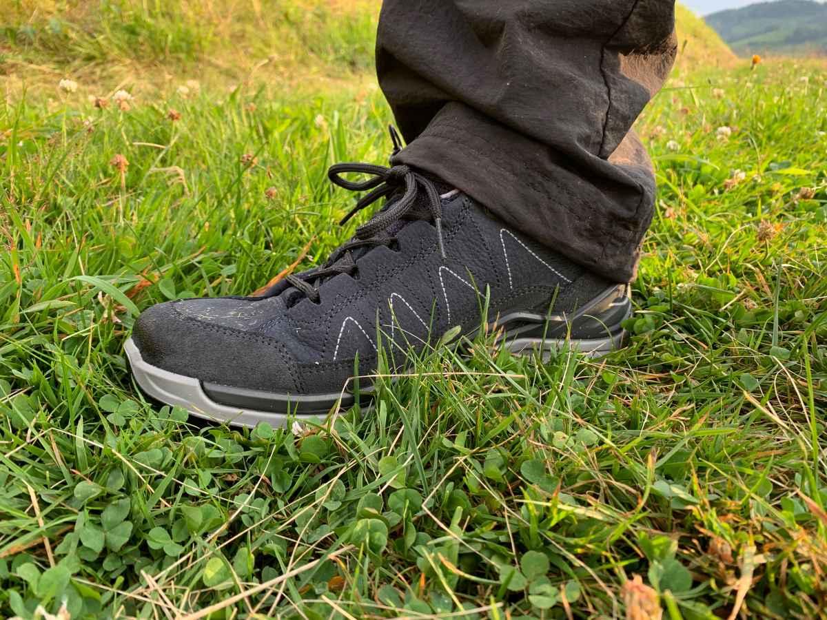 De nieuwe TORO EVO GTX LO Ws van LOWA is heerlijk comfortabel, sportief, flexibel en multifunctioneel te dragen, perfect voor dagelijkse avonturen. Of het nu na het werk of in het weekend is – de veelzijdige outdoorschoenen zijn zo comfortabel dat een klein ommetje op elk moment spontaan kan worden uitgebreid tot een korte wandeling. Het GORE-TEX-membraan zorgt voor een optimale bescherming tegen het weer en een uitstekend ademend vermogen.