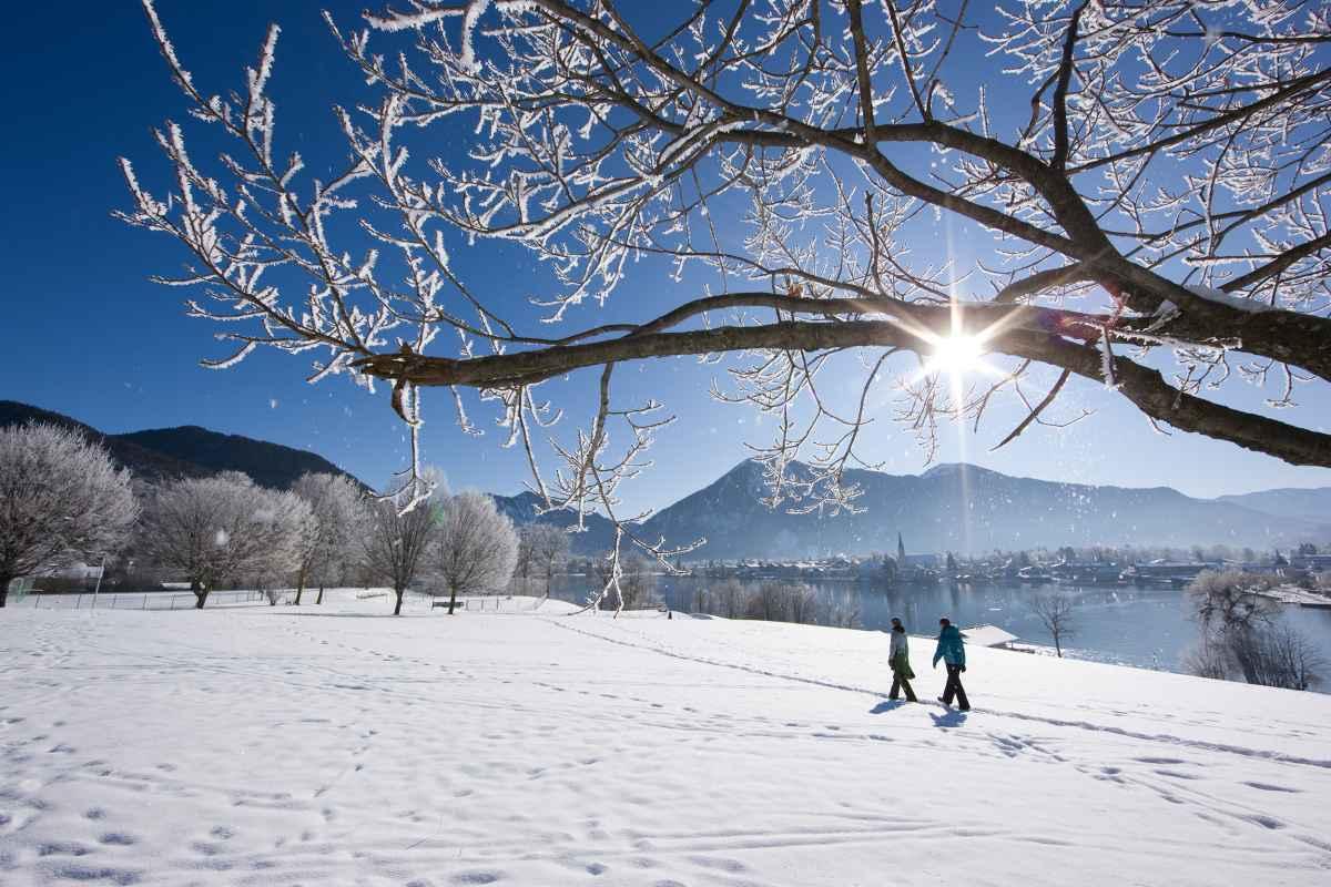 Winterwandern am Tegernsee, Bayern, Deutschland.