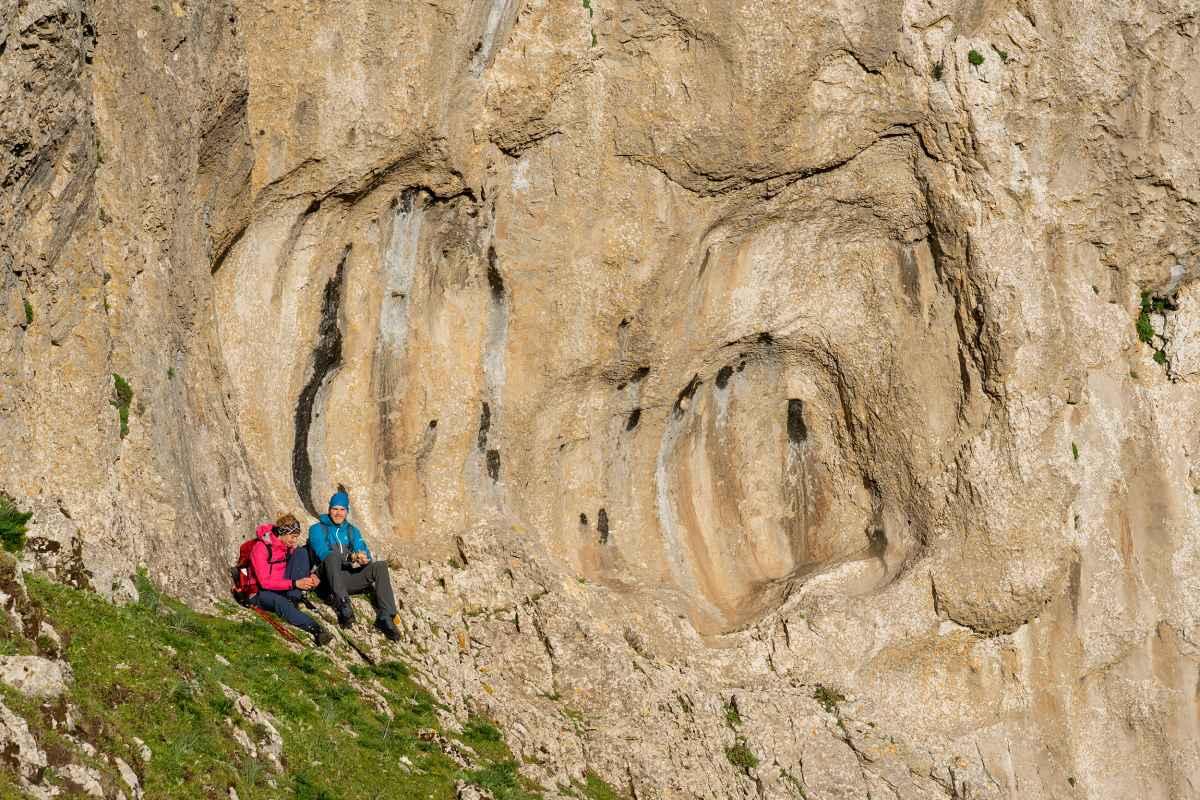 Auf den Berg gehen – aber bitte komfortabel! Mit dem MAURIA GTX Ws geht das auf Schritt und Tritt selbst bei anspruchsvollen Touren wunderbar. Der speziell für Frauen entwickelte Bergschuh aus bestem Nubukleder macht so einiges mit. Perfekt dabei: der spezielle Schaftabschluss sorgt für besten Komfort und ist perfekt abgestimmt auf die weibliche Anatomie. Damit Wind und Wetter machen können, was sie wollen, hat LOWA darüber hinaus ein GORE-TEX-Innenfutter verarbeitet.