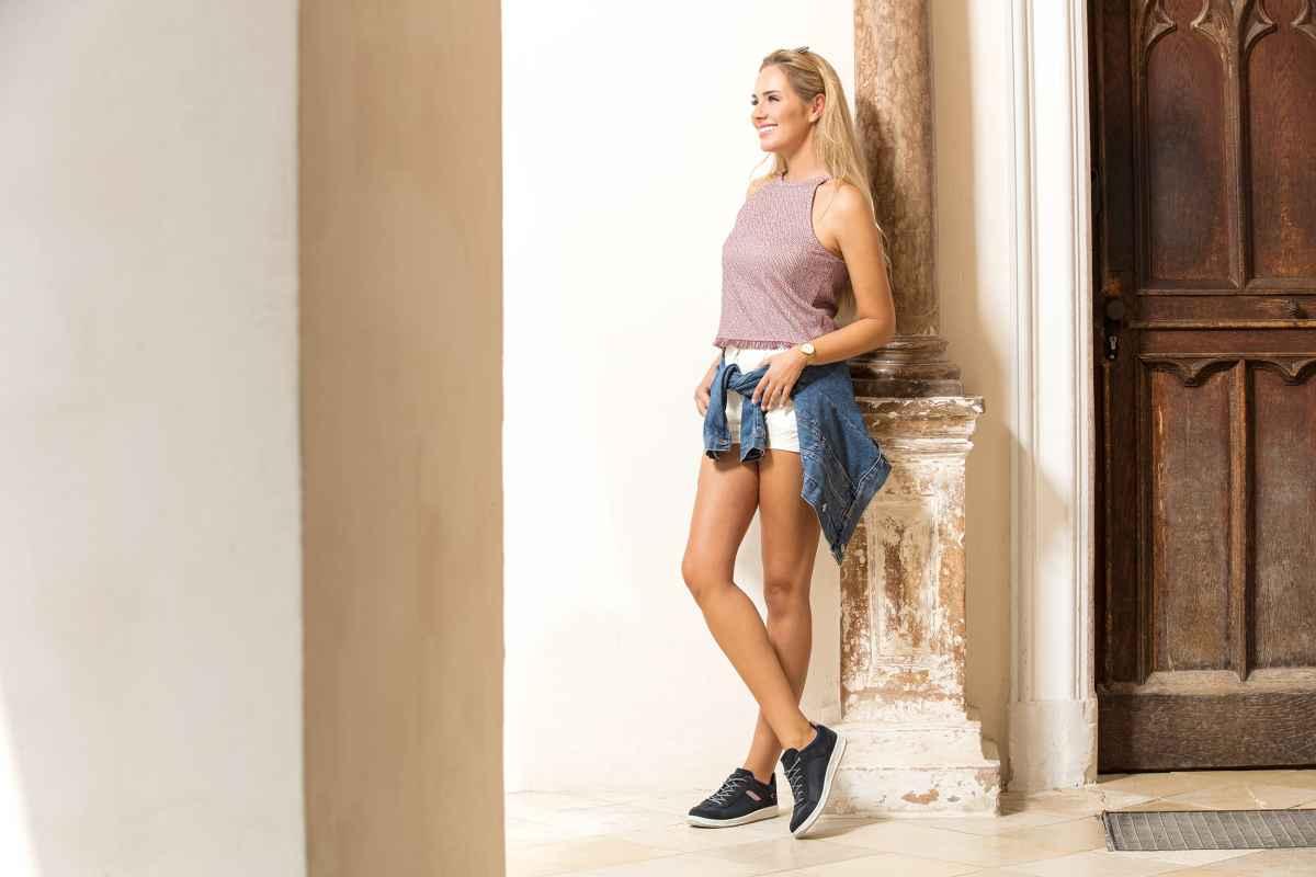 Ob nun auf Reisen, im Alltag oder in der Arbeit – die lässigen Freizeit-Sneaker ANCONA  Ws sorgen überall für jede Menge Aufsehen. Nahtlos lässt sich deren unverkennbares Oldschool-Design mit den verschiedensten Styles und modischen Accessoires kombinieren. Und weil Aussehen allein noch längst nicht ausreicht, können die Sneaker auch funktional auf ganzer Linie überzeugen. So kommen sie zum Beispiel mit einer dämpfenden Zwischensohle aus LOWA DynaPU® daher.
