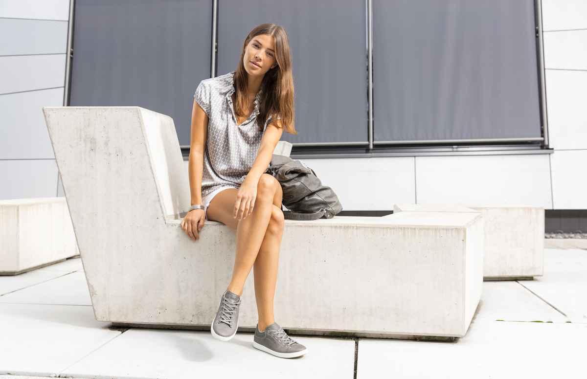 De ROMA Ws geeft het gemak van de sneaker een tijdloos modern tintje. Het resultaat is een sportieve elegantie met een scheutje charme – geheel in overeenstemming met de Italiaanse stad waaraan de schoen zijn naam ontleent. De ROMA Ws is daarmee dankzij de perfecte DynaPU®-demping en stijlvolle leren schacht de ideale metgezel voor een vrouw van de wereld.