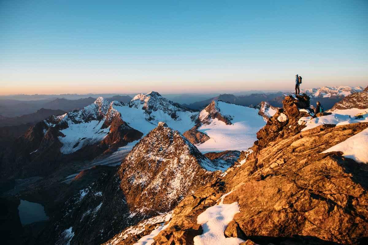 Schuhmacherhandwerk in Verbindung mit neuesten Technologien: Der RANGER III GTX von LOWA ist ein Klassiker, der gerne zum Trekking und auf Rucksacktouren im Gebirge dabei ist. Beim Bergauf- oder Bergabgehen unterstützt die trekkingorientierte VIBRAM®-NATURAL-Sohle vorbildlich. Dafür sorgt die spezielle Profilierung im Front- und Absatzbereich. Mit schuhschonendem Geröllschutzrand, praktischer TWO-ZONE-LACING-Technologie, patentiertem X-LACING®-Prinzip gegen Verrutschen der Zunge und wasserdichtem GORE-TEX-Futter.