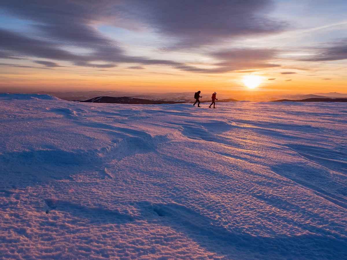 Wie een winterse tocht door besneeuwde landschappen plant, heeft de juiste schoenen nodig. Wie op pad is met de NABUCCO EVO GTX, heeft het goed getroffen. Dankzij de speciale Vibram® Arctic Grip-zool heeft deze stijlvolle winterschoen een goede grip en een geslaagd uiterlijk in het winterwonderland. Dus niets staat het volgende avontuur in de natuur in de weg.