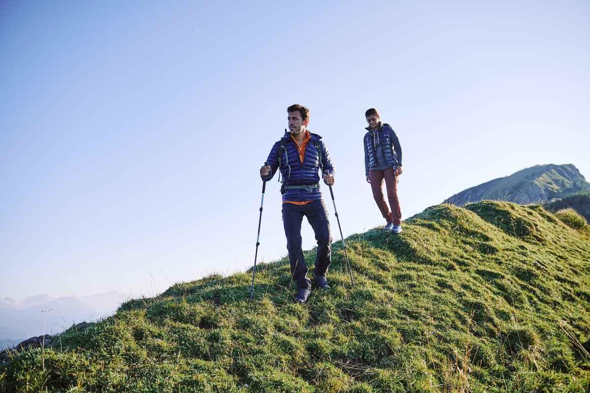 Trekking-Liebhaber und Wanderer aufgepasst: Die Zeit ist immer reif für ein Outdoor-Erlebnis. Wenn es dann auch noch in und mit dem richtigen Schuh stattfindet, umso schöner. Da kommt der  LOWA® EXPLORER GTX MID genau richtig daher. Außen schick mit hochwertigem Spaltleder und modernen Prägungen läuft man hier Schritt für Schritt gegen die Langeweile an. Für genügend Ausdauer sorgen dabei die dämpfende  Zwischensohle aus LOWA DynaPU®+, die VIBRAM®-ROCK-TRAC®-EVO-Außensohle und natürlich die GORE-TEX-Membran, die Wind und Wetter standhält.