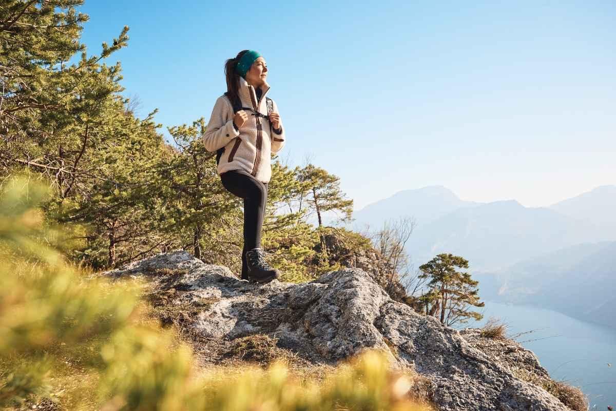 C'est le modèle idéal pour les femmes actives! La botte de trek MAURIA LL Ws a été spécialement conçue pour respecter l'anatomie des pieds féminins. Pour les longs parcours de trek ou les grandes randonnées de plusieurs jours, le modèle LOWA permet aux sportives de profiter au maximum de leurs aventures. Cette chaussure se distingue par un extérieur robuste en nubuck et un intérieur en cuir pour un chaussant optimal. Sa tige innovante épouse la cambrure du pied.