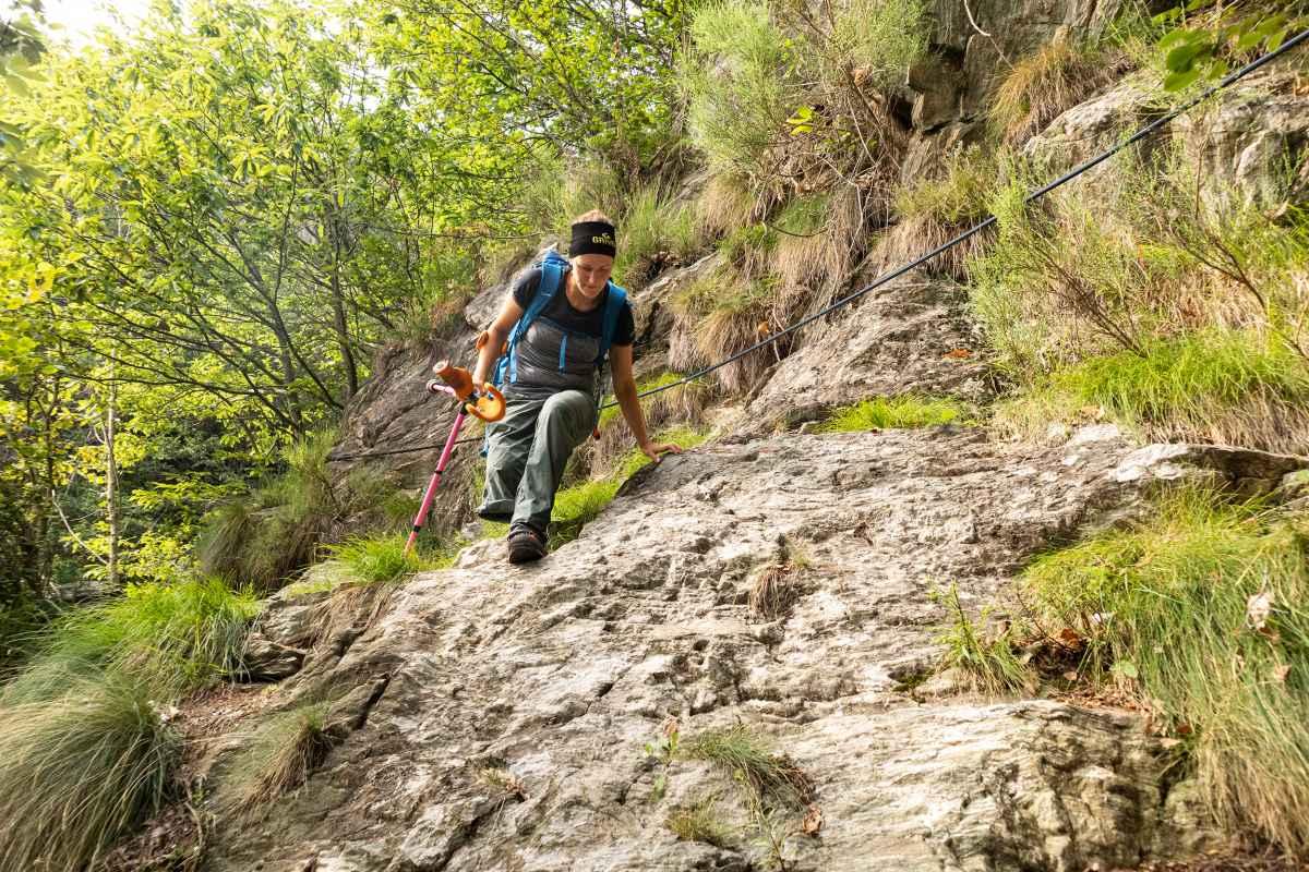 De TIBET GTX Ws mag in geen enkele collectie ontbreken als het gaat om trekking en outdoorsport. Want met deze robuuste schoenen voor vrouwen zijn avonturiers perfect uitgerust voor hun volgende tocht – of het nu gaat om klettersteigegen, meerdaagse tochten in de Alpen of bijzonder veeleisende paden. De GORE-TEX-voering zorgt voor een bijzonder aangenaam comfort bij weer en wind, terwijl de beproefde VIBRAM® MASAI-zool met diepe en grote noppen op elke ondergrond goede vorderingen mogelijk maakt.