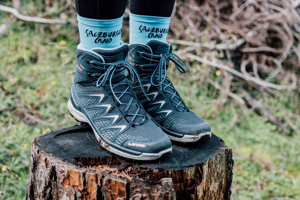Het kleurrijke multitalent INNOX PRO MID Ws toont zich verrassend flexibel en perfect voor de zomer als een korte wandeling in de natuur toch uitloopt op een ongeplande uitdagende tocht. De INNOX PRO MID Ws kan ook korte omwegen door onbekend terrein met gemak aan en scoort met zijn tussenzool van LOWA DynaPU® met optimale demping en optimale geleiding van de voet dankzij het LOWA-MONOWRAP® frame.
