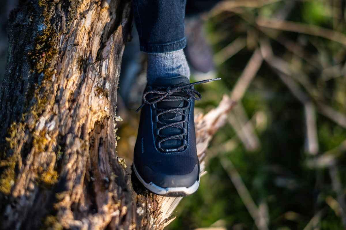 Dieser moderne Multifunktionsschuh im MID-CUT wurde über einen speziellen Damenleisten gefertigt und überzeugt mit perfekter Passform. Dabei ist der FERROX PRO GTX MID Ws bestens für dynamische Outdoor-Aktivitäten geeignet. Der Schaft aus strapazierfähigem Synthetik-Material spart Gewicht und garantiert ein komfortables Tragegefühl. Darüber hinaus ist der sportliche Schuh dank GORE-TEX-Futter garantiert wasserdicht und bietet ein angenehmes Fußklima.