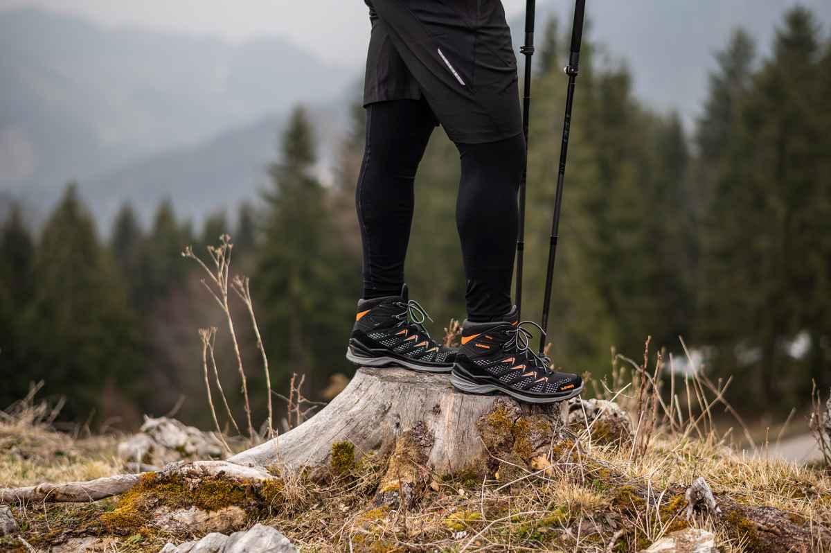 Dieser moderne Multifunktionsschuh im MID-CUT überzeugt mit perfekter Passform sowie optimaler Fuß-Führung bei jeder Bewegung. Dabei ist der FERROX PRO GTX MID bestens für dynamische Outdoor-Aktivitäten geeignet. Der Schaft aus strapazierfähigem Synthetik-Material spart Gewicht und garantiert ein komfortables Tragegefühl. Darüber hinaus ist der sportliche Schuh dank GORE-TEX-Futter garantiert wasserdicht und bietet ein angenehmes Fußklima.