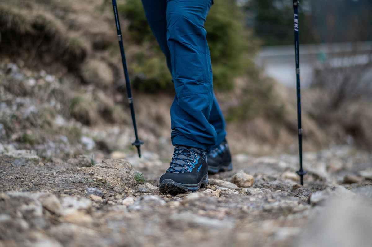 Mit dem TIBET LL geht es nicht nur auf das Dach der Welt, sondern in alle Regionen, die Trekking- und Outdoorbegeisterte gerne erobern wollen. Er zeigt sein Können bei anspruchsvollen Touren ebenso wie auf Mehrtages-Touren oder Klettersteigen. Der Schuh zeigt sich außen robust mit Nubuk-Leder und innen komfortabel durch ein Innenfutter aus weichem Leder. Die X-LACING®-Schnürung und das smarte I-LOCK-System sorgen für eine hervorragende Anpassnug an den Fuß des Trägers. Die VIBRAM®-MASAI-Sohle ist darüber hinaus optimal für den Einsatz im alpinen Gelände geeignet.