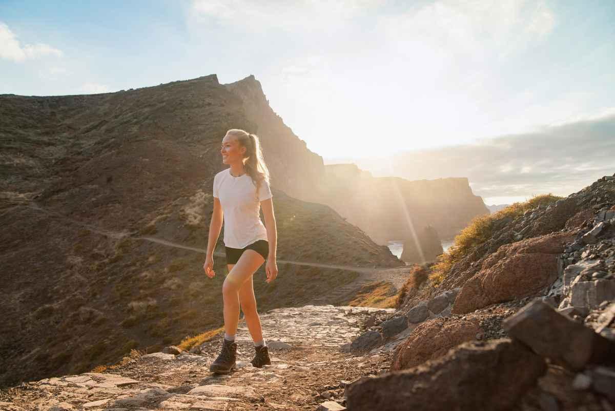 Vous recherchez des chaussures à la fois fiables et endurantes pour votre prochain parcours de trek? BADIA GTX Ws est fait pour vous. Conçu par LOWA pour respecter l'anatomie des pieds féminins, ce modèle comprend également de nombreux détails importants, comme une membrane GORE-TEX pour affronter les conditions très venteuses, un laçage à deux zones et des œillets ROLLER EYELETS très simple d'utilisation. Par ailleurs, la semelle VIBRAM® TRAC LITE II offre de bonnes performances sur différents types de terrains.