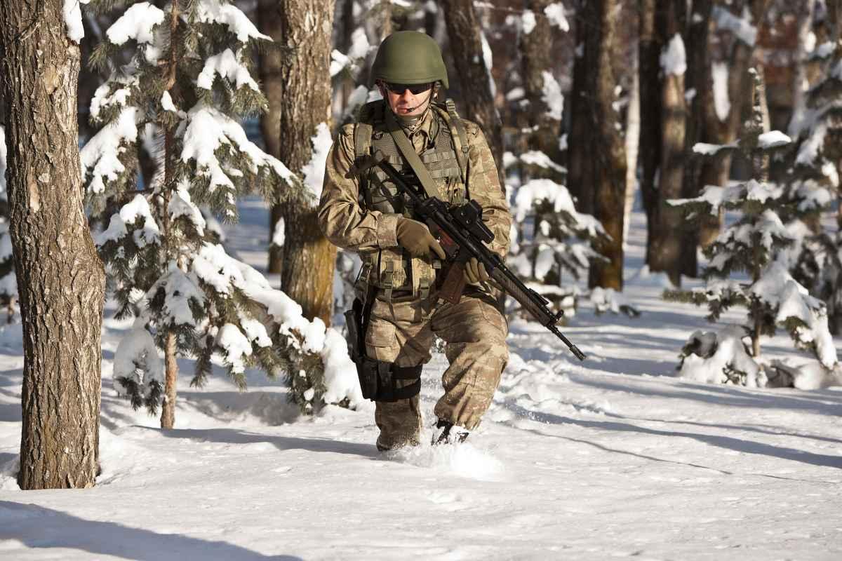 Als de elementen zich in de winter van hun ruwe kant laten zien, is het tijd voor de R-8 GTX THERMO. Het warme wintermodel is ontworpen voor gebruik in winters en ongebaand terrein en voelt juist op koele winterdagen echt comfortabel aan. De voering met Primaloft® 400-materiaal houdt de voeten warm, terwijl de buitenzool met Vibram® Arctic Grip-technologie en een speciaal voor lage temperaturen ontworpen rubbersamenstelling de nodige ondersteuning biedt. Het GORE-TEX-membraan zorgt voor een optimaal voetklimaat, ook bij verhoogde activiteiten. Ook met al die functionaliteit blijft de R-8 GTX THERMO licht in gewicht en overtuigt hij met een uitstekend comfort.