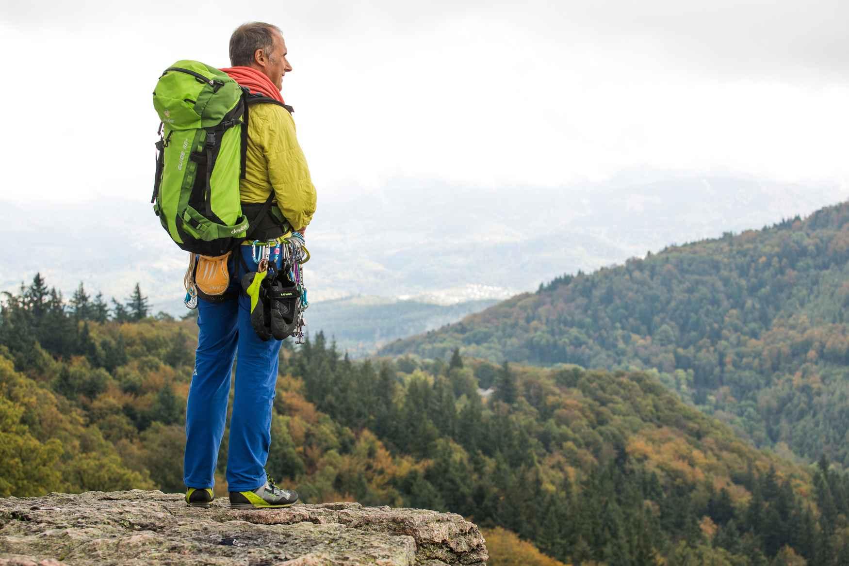 Ob bei Reisen, Wanderungen oder im heimischen Wald: der PINTO LL LO kann alles und zu jeder Zeit getragen werden. Der robuste Glattleder-Halbschuh ist ein schicker Begleiter für alle Wege und punktet durch sein geschmeidiges Leder-Innenfutter. Für Untergründe unterschiedlichster Art setzt LOWA auf die bewährte VIBRAM®-TREK-Sohle, die ihr Können besonders im Mittelgebirge und mittelschweren Treks unter Beweis stellt.