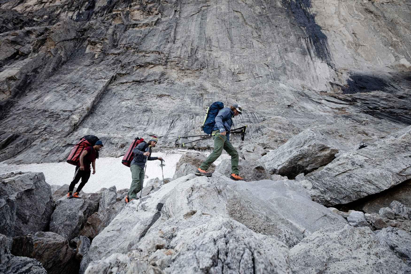Pour la marche en montagne, la légèreté d'une chaussure est aussi importante que ses performances. Mieux vaut donc opter pour un modèle associant ces deux qualités. Pour concevoir le modèle ALPINE SL GTX, LOWA a reçu l'assistance de véritables professionnels de l'alpinisme: les athlètes de l'équipe LOWA PRO. La marque a choisi la technologie Vibram® LITEBASE pour minimiser le poids de la semelle, tout en conservant d'excellentes performances en montagne. La chaussure comprend également plusieurs fonctionnalités très appréciées des professionnels, comme un laçage à deux zones et une doublure imperméable GORE-TEX.