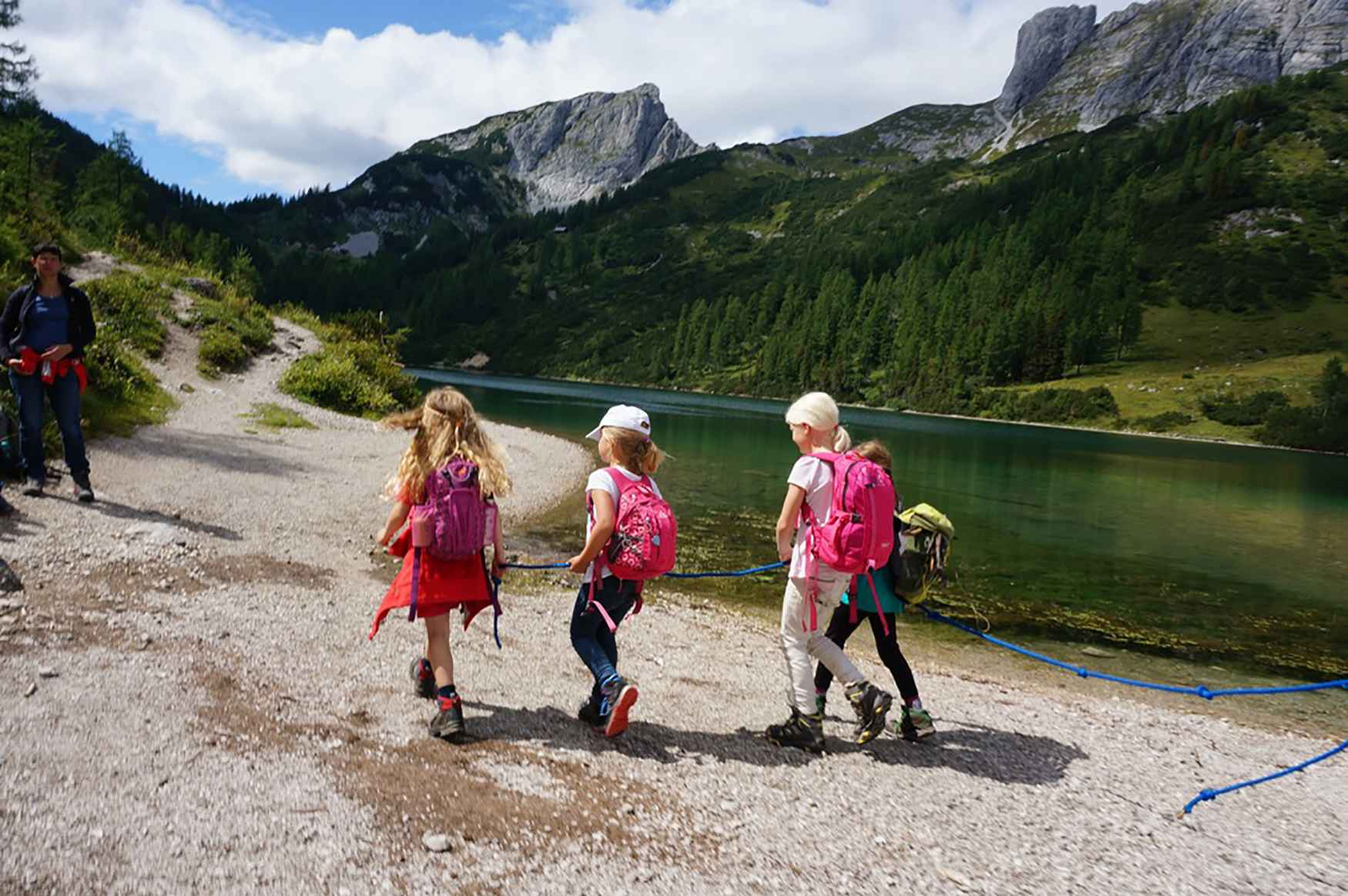 Speziell abgestimmt auf die Fußanatomie von Kindern zeigt sich dieser bewährte Kinder-Outdoorschuh. Er ist ausgelegt auf Wanderungen in Mittelgebirgen und für leichte Touren in den Alpen. Das wasserdichte GORE-TEX-Futter gewährleistet ein angenehmes Fußklima, während die seitliche Support Frame-Konstruktion den Fuß beim Gehen unterstützt. Dem nächsten Outdoor-Abenteuer kleiner Bergfexe steht damit nichts mehr im Wege.