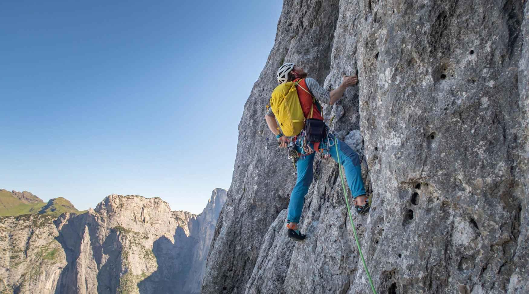 De ROCKET SLIP ON is misschien wel de beste oplossing voor ieder boulderprobleem, hoe lastig ook. Maar deze instapper kan ook goed uitpakken op langere kletterroutes. Daarvoor zorgen alleen al de optimaal aan de anatomie van de voet aangepaste pasvorm en de sterke voorspanning – zowel in de hal als buiten op de rots.