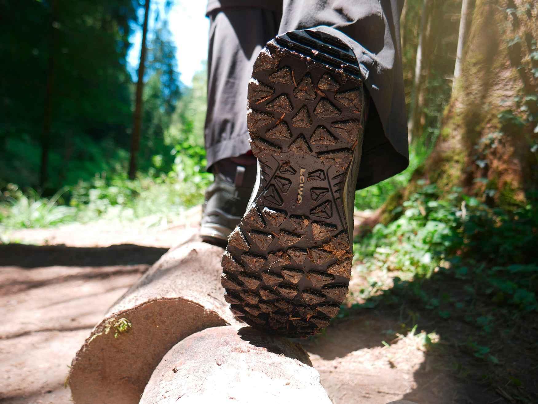 Die neuen Multifunktionsschuhe TORO EVO LL MID überzeugen durch eine überaus gute Passform und sportliche Gene – vom robusten Materialmix bis hin zur griffigen Außensohle. Die Schuhe kommen im modernen Derbyschnitt daher und überzeugen dank Lederfutter mit optimalem Tragekomfort. Zudem sorgt der patentierte LOWA-MONOWRAP®-Rahmen für eine erhöhte Führung des Fußes und die direkt angespritzte Zwischensohle aus LOWA DynaPU® für eine optimale Dämpfung bei jedem Schritt.