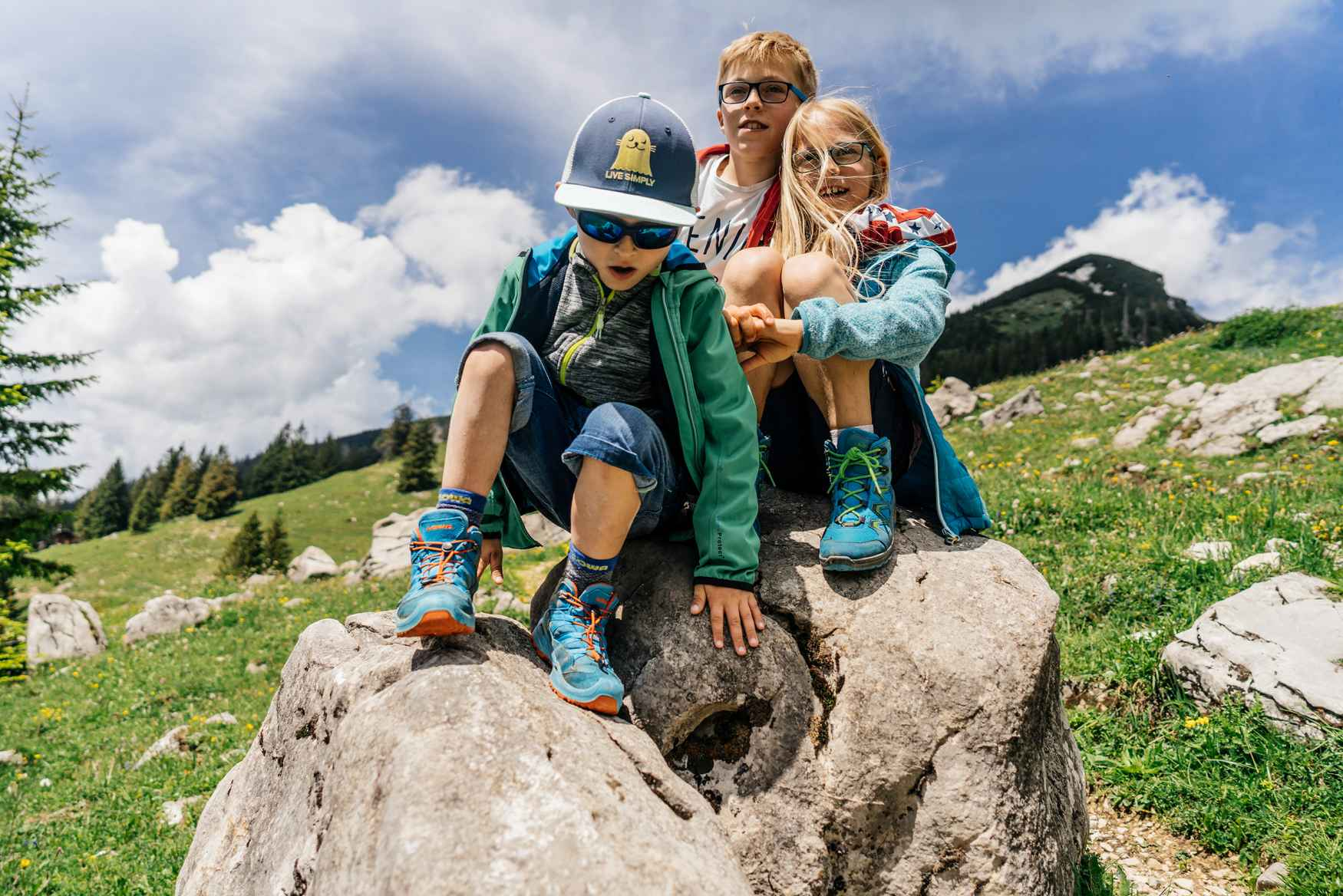 Bij regenplassen, modderpoelen en andere uitdagingen is er bij de hang naar avontuur van kinderen geen houden meer aan. Geen probleem met de bijzonder kindvriendelijk gemaakte ROBIN GTX® QC. De schoen is aangepast aan de anatomie van kleine voeten en biedt dankzij de verstevigde banden en de ondersteunende LOWA MONOWRAP®-constructie de nodige stabiliteit. Om te voorkomen dat de bewegingsvrijheid daardoor zou worden beperkt, bestaan de trendy schoenen voor een groot deel uit textiel.