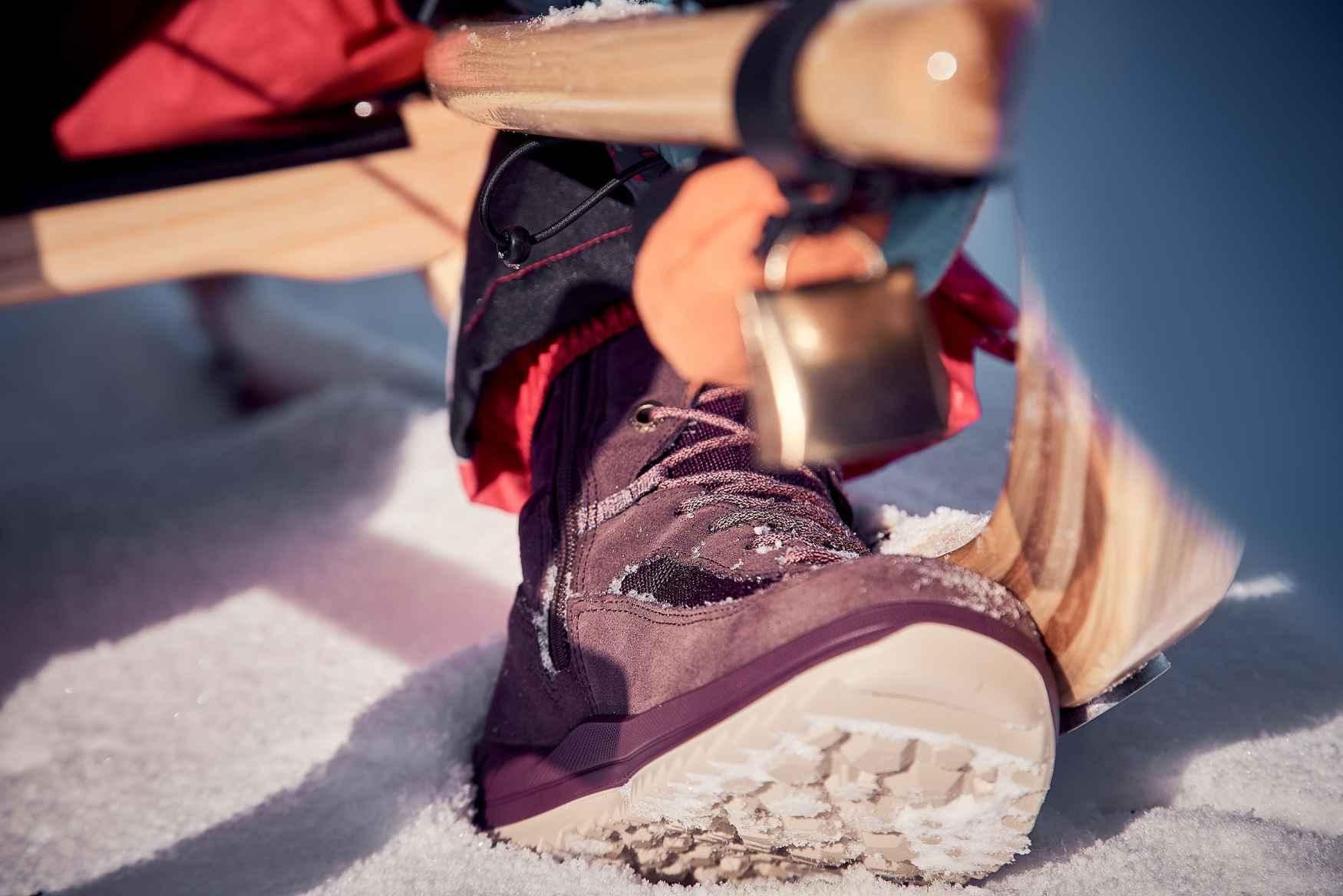 Hoera voor de warme GORE-TEX Partelana-voering en de praktische veterogen van de winterschoen EMMA GTX. Juist deze maken het kleine maar subtiele verschil in de sneeuw. Toch is aantrekken kinderspel dankzij de rits aan de zijkant, terwijl de functionele materiaalmix voor optimaal draagcomfort zorgt.