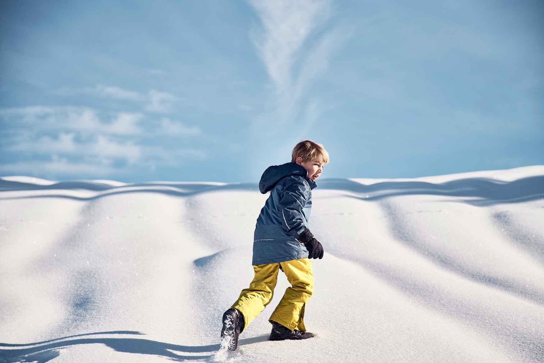 Dès l'arrivée des premiers flocons, les enfants n'ont qu'une envie: se précipiter à l'extérieur. Heureusement, les nouvelles chaussures MADDOX WARM GTX sont faciles à enfiler et les accompagnent dans toutes leurs aventures. Pour permettre aux enfants de s'amuser lorsque les températures passent en dessous de zéro, un matériau synthétique robuste et une doublure Partelana GORE-TEX imperméable garde les petits pieds au chaud et au sec pour longtemps.