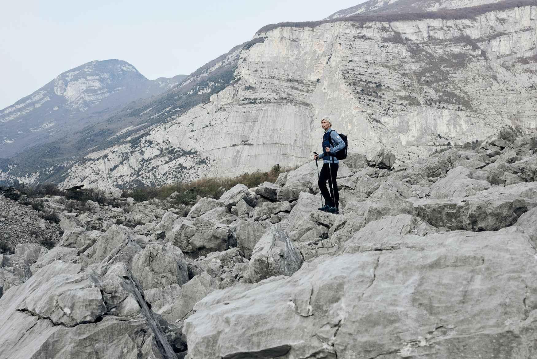 Wer einen verlässlichen Begleiter für die nächste Trekking-Tour sucht, der auch noch richtig viel Ausdauer hat, sollte sich den BADIA GTX Ws näher ansehen. LOWA hat diesen Bergschuh extra auf die Anatomie von Frauenfüßen abgestimmt und wichtige Details dazugepackt: Mit dabei ist eine GORE-TEX-Membran für selbst widrige Wetterbedingungen, eine Zweizonenschnürung und hochwertige ROLLER EYELETS für eine leichte Schnürung. Darüber hinaus sorgt die VIBRAM®-TRAC-LITE-II-Sohle für ordentlich Performance auf unterschiedlichsten Untergründen.
