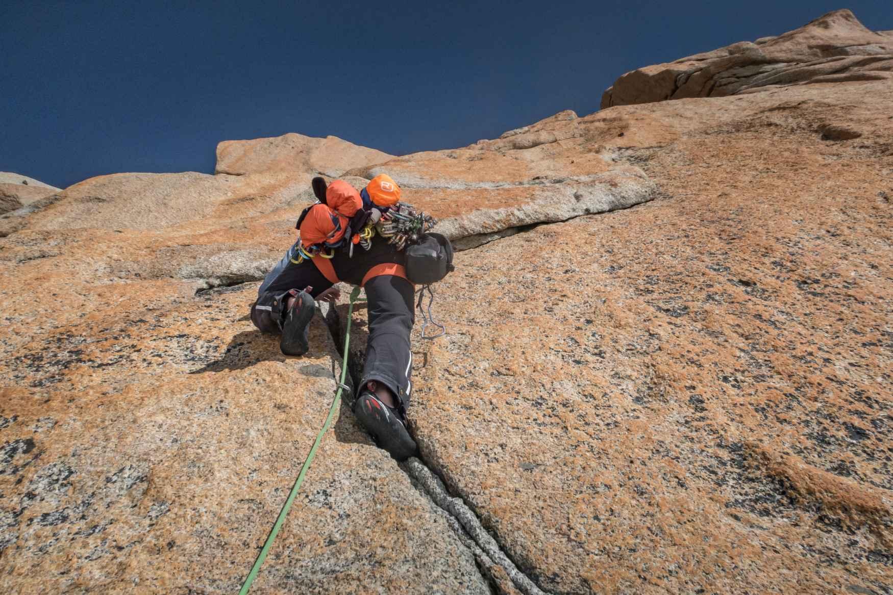 Wer beim Klettern ohne Seil und Gurt unterwegs sein möchte, braucht das richtige Hand- beziehungsweise Fußwerkzeug. Mit dem X-Boulder ist LOWA ein Schuh gelungen, der sowohl Boulderfans als auch ambitionierte Open-Air Kletterer überzeugt. Allein das Tragegefühl des Mikrofaser-Schafts mit Air-System Lochung bringt ordentliche Belüftung für die Füße. Für eine optimale Kraftübertragung und hohe Sensibilität für den jeweiligen Untergrund kommt beim X-BOULDER die etwas steifere Sohle aus Vibram® XS-Grip® zum Einsatz.