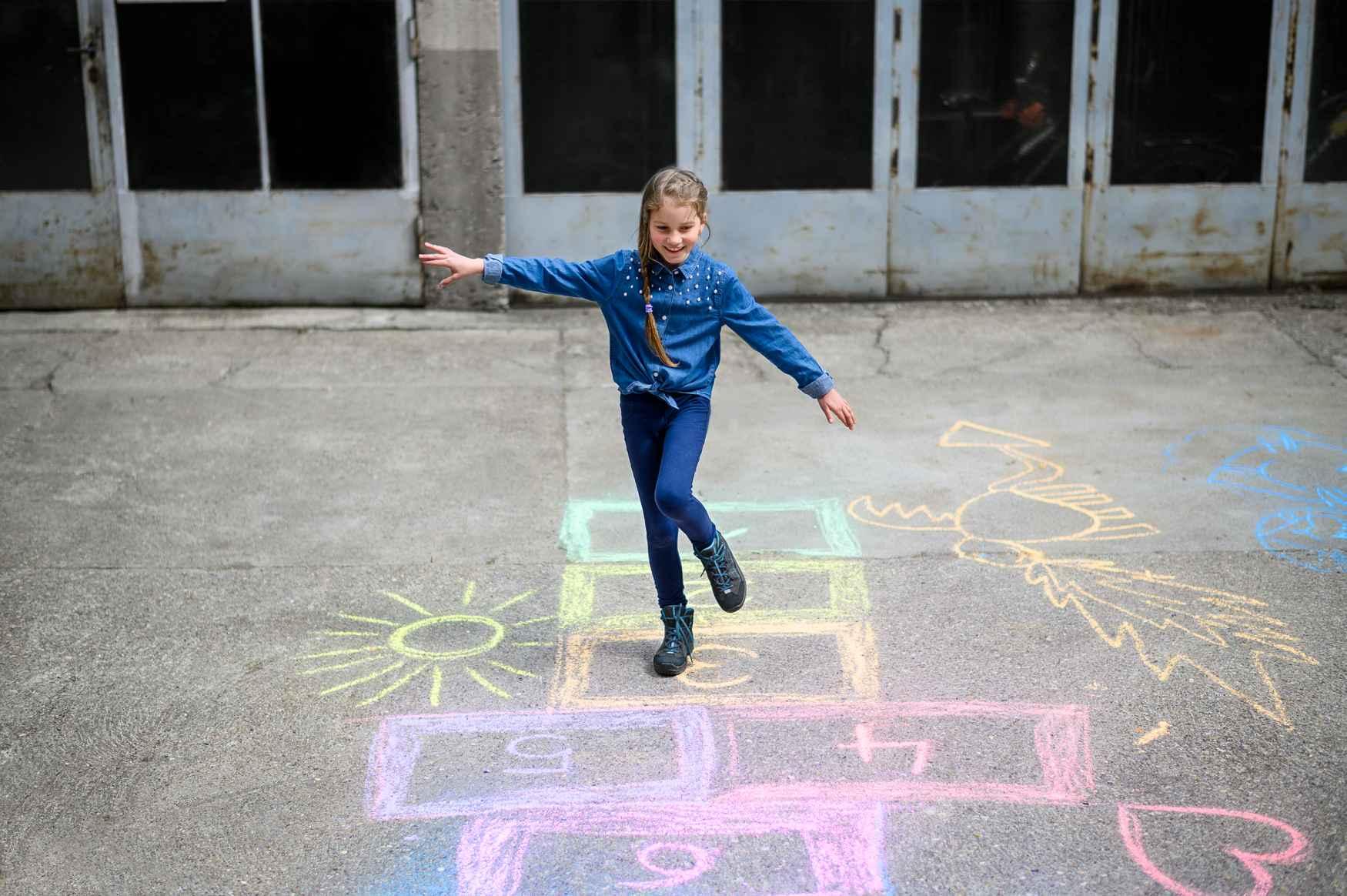 Lichte wandeltochten op verharde wegen, maar ook de bijzondere eisen die de dagelijkse activiteiten van kinderen stellen, zijn het speelterrein van deze sportieve kinder-outdoorschoenen. De dynamische look is sterk gericht op de approachschoenen van volwassenen. Uitgerust met talrijke functies wordt met de APPROACH GTX MID JUNIOR elke dag een avontuur.