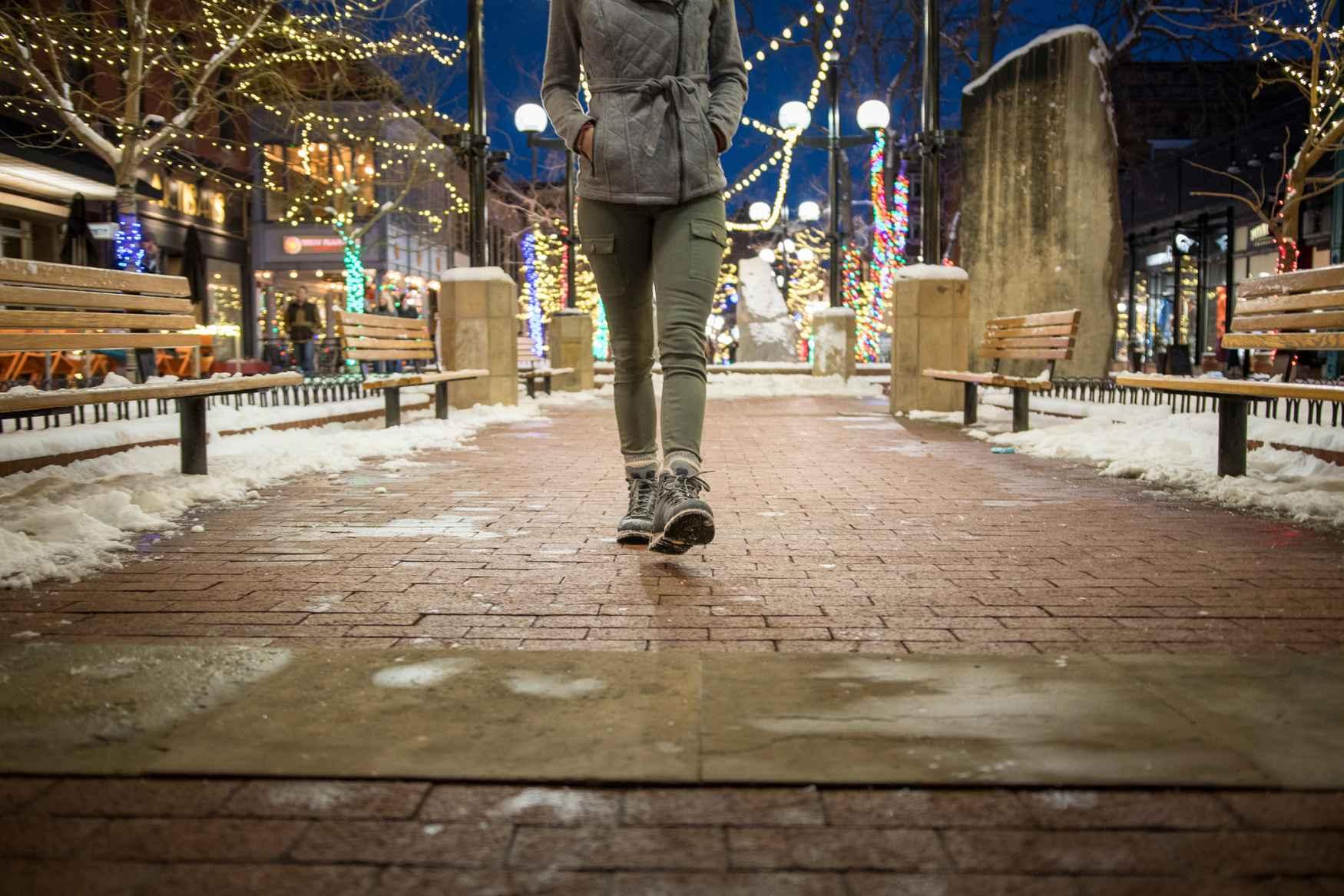 Et si l'artisanat traditionnel et les technologies innovantes s'unissaient et se matérialisaient sous la forme d'une chaussure? On obtiendrait sans doute le modèle WENDELSTEIN WARM GTX Ws, une élégante chaussure d'hiver qui associe des empiècements tendance et des détails fonctionnels. Elle garantit un confort optimal grâce à sa doublure GORE-TEX Panda et à sa semelle Vibram®.  C'est la chaussure idéale à la mi-saison, pour la marche en ville et les courtes promenades dans des paysages enneigés.